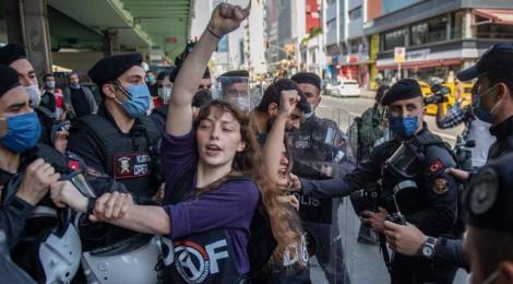 Sieben türkische Polizisten nehmen eine Demonstrantin der DAF fest